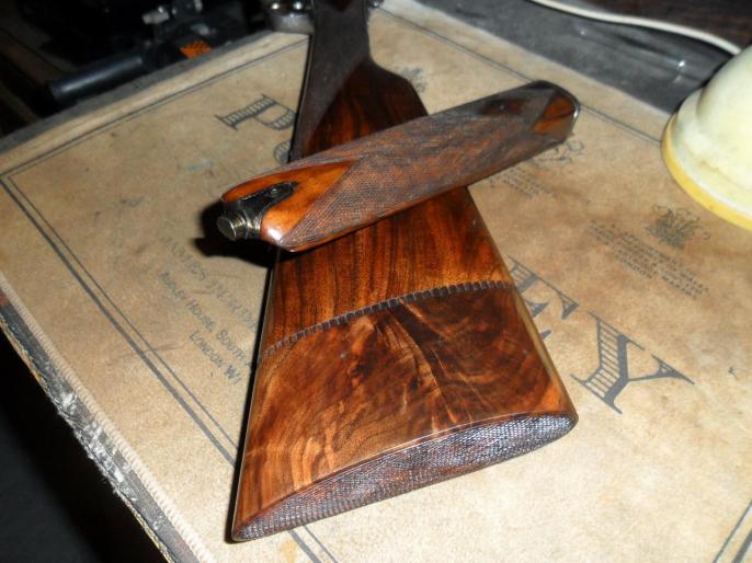 Les bois vernis au tampon avec une quadrille mi-fine