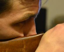 Toujours en épaulant simplement, observez cette fois la distance entre la main qui tient la crosse et votre nez.