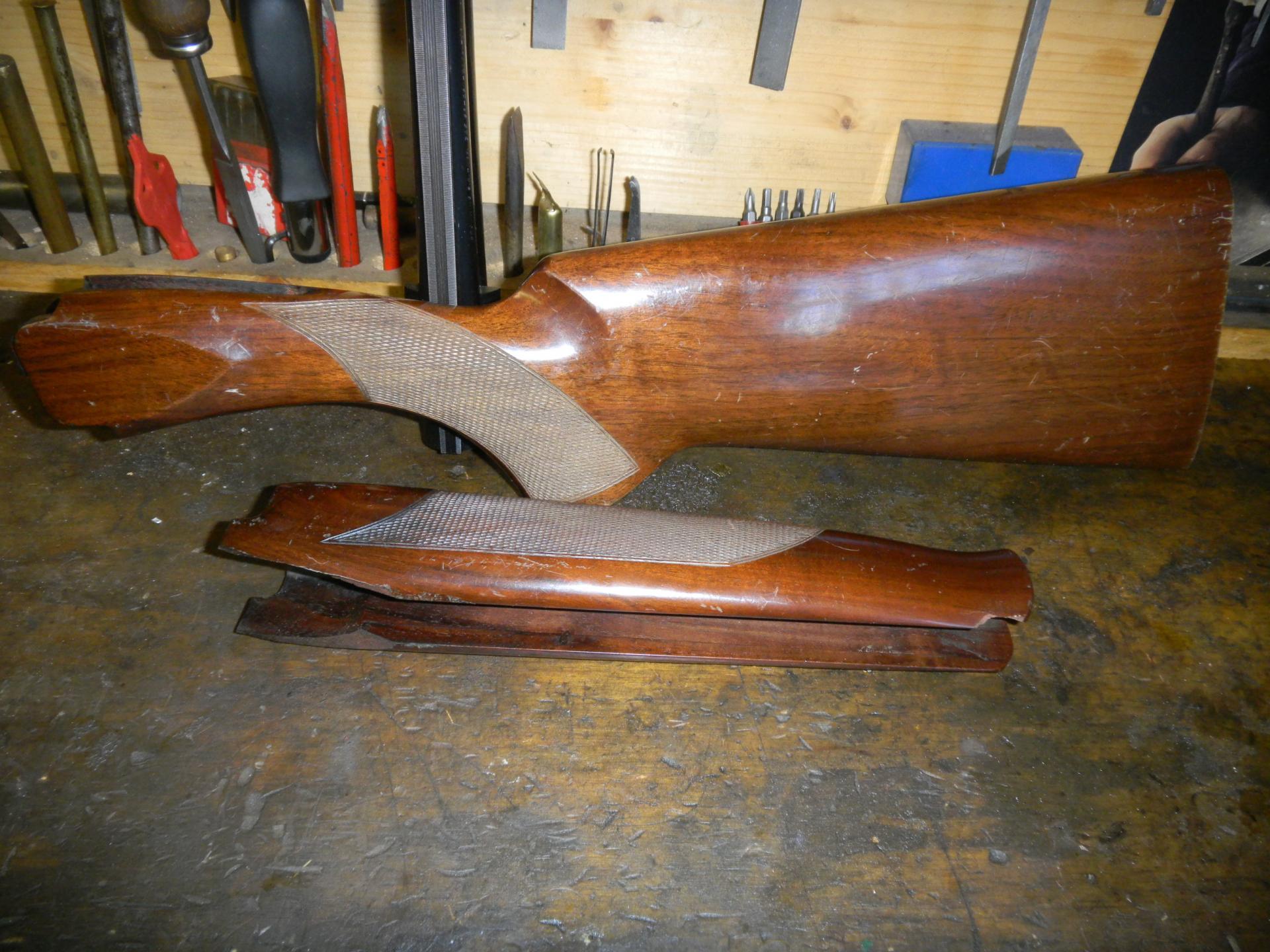 Avant.. Les bois sont rayés et cassés, avec un vernis industriel.