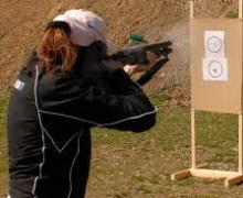 Lorsque vous tirez avec votre fusil, au niveau du recul.